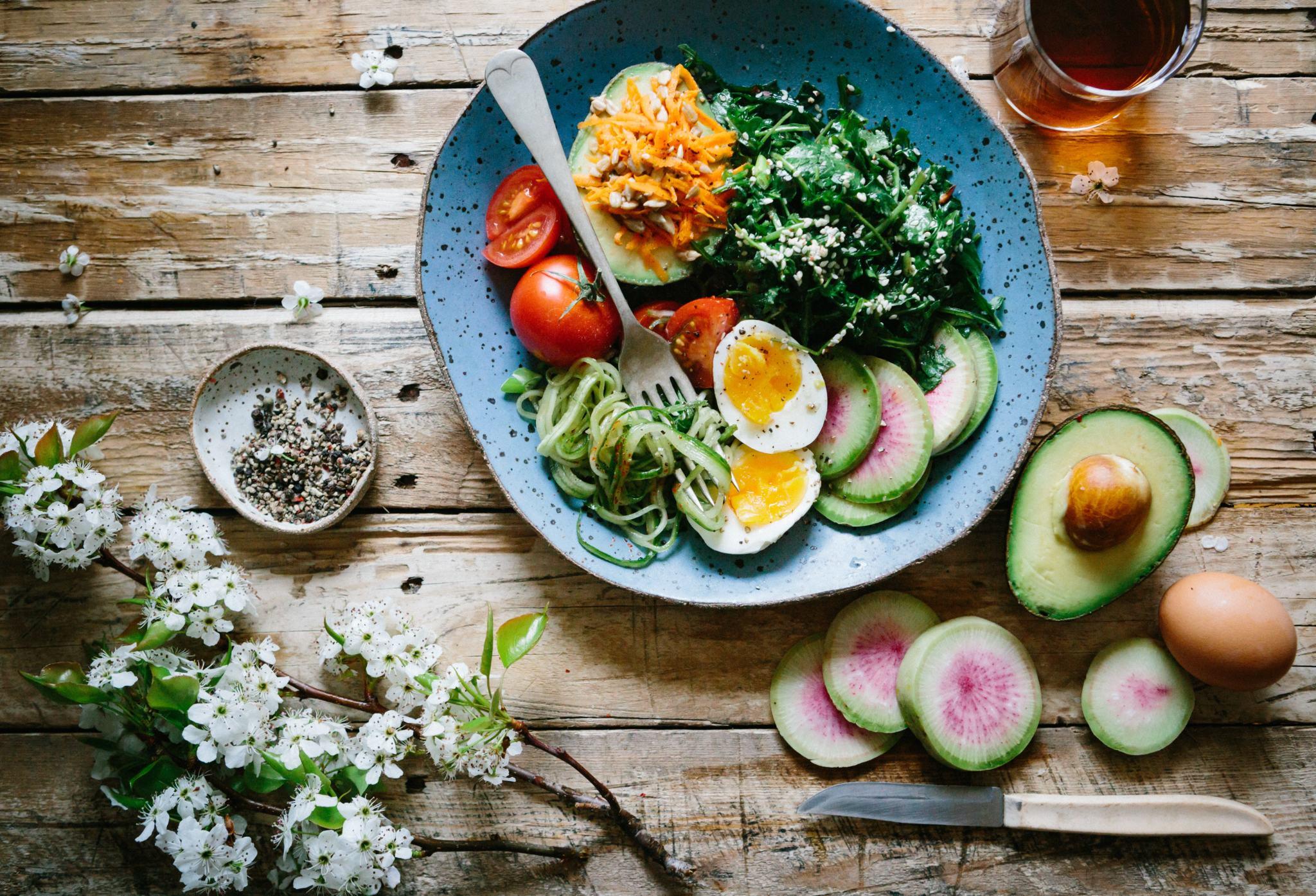 Alimentation saine salade d'avocat et mélange de légumes