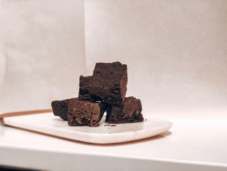 Brownies au chocolat coupés en carré